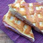 Горячие сэндвичи из вафель с ветчиной и сыром