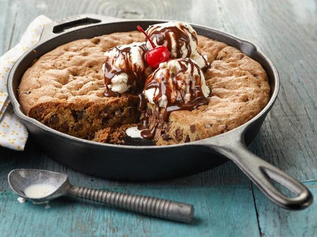 Фото Сандей с тающим мороженым и домашним кексом с шоколадной крошкой