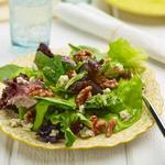 Зелёный салат в заправке из коричневого масла, бальзамического уксуса и грецких орехов