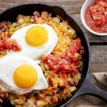 Жареная картошка с яичницей к завтраку