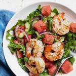 Салат из руколы и арбуза с жареными на гриле креветками