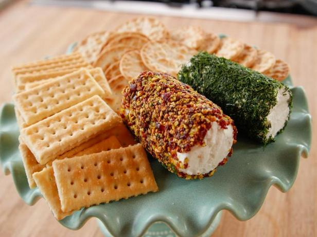 Фото Закусочное сырное полено с зеленью и орехами