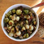 Печёная брюссельская капуста с жемчужным луком
