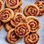 Слоёные булочки-витушки с колбасой и медовой горчицей