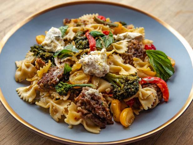 Фото Паста с итальянской колбасой и овощами на сковороде