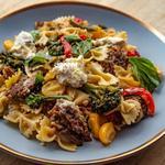 Паста с итальянской колбасой и овощами на сковороде