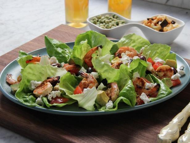 Листовой салат с козьим сыром и креветками на гриле