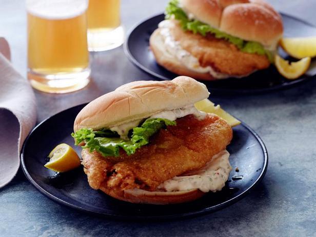 Фото Сэндвич с жареной рыбой и соусом тартар