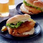 Сэндвич с жареной рыбой и соусом тартар