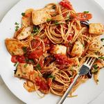 Спагетти в остром соусе с рыбой и оливками