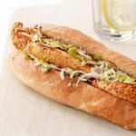 Сэндвичи с жареной рыбой, капустным салатом и пикули