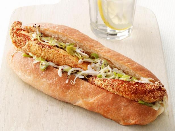 Фото Сэндвичи с жареной рыбой, капустным салатом и пикули
