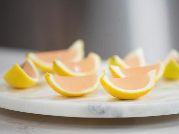 Фото Желе с водкой в лимонных корках