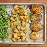 Ужин на противне: Свиные котлеты с картофелем и зелёной фасолью с приправой ранч