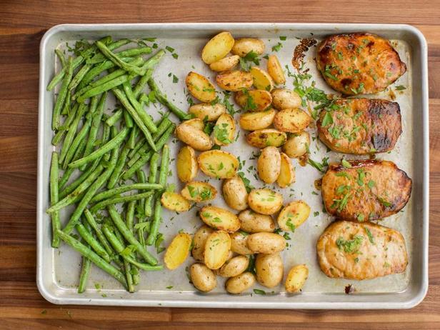 Фото Ужин на противне: Свиные котлеты с картофелем и зелёной фасолью с приправой ранч