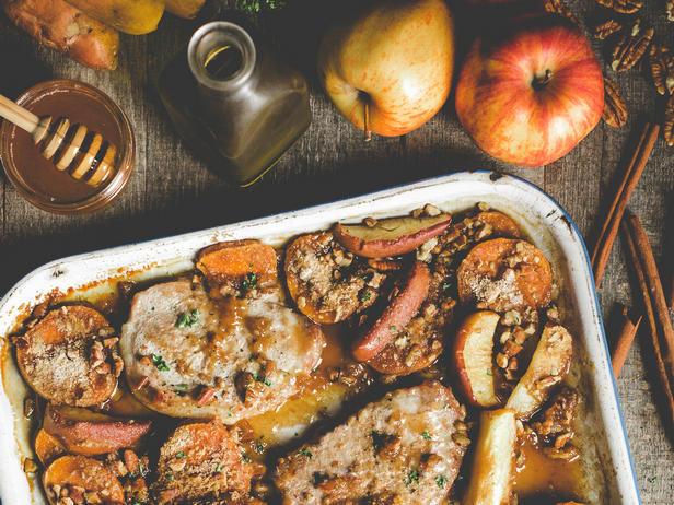Фото Ужин на противне: Свиные котлеты с яблоками