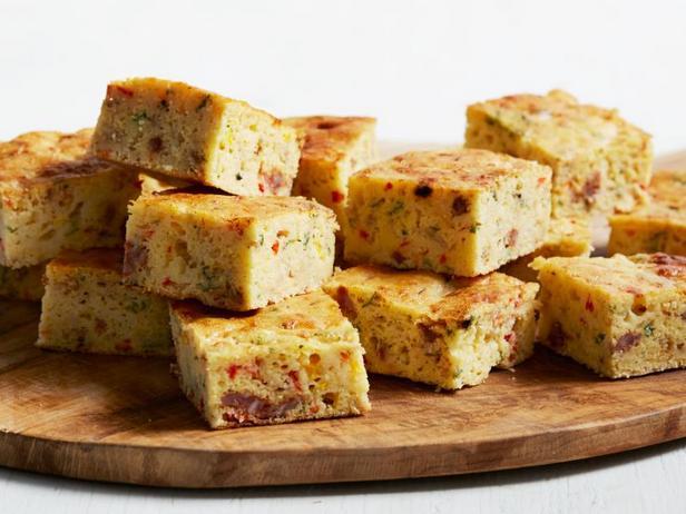 Фото Кукурузный хлеб с чоризо и сладким перцем