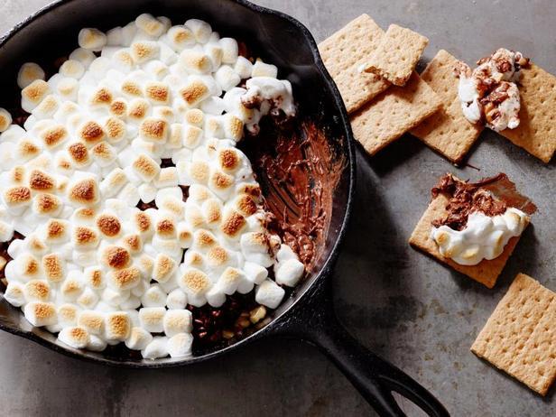 Фото Шоколадный дип с маршмэллоу на сковороде
