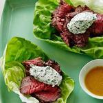 Филе-миньон в винегретной заправке и козий сыр с зеленью и лавандой на листьях латука
