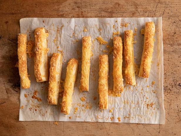 Слоёные хлебные палочки с сыром