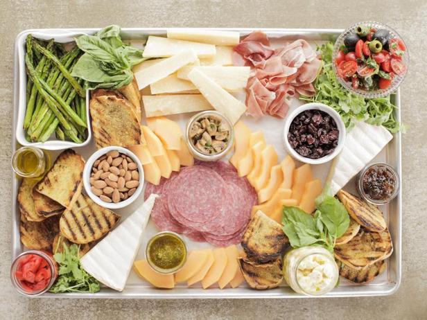 Брускетта с маринованным сыром и оливками