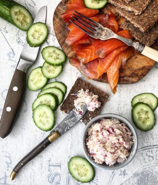 Тартин с копчёным лососем и огурцом