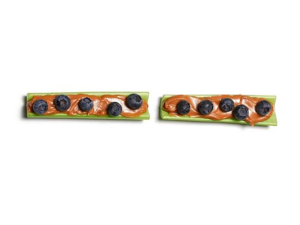 Новые рецепты закуски «Муравьи на бревнах»