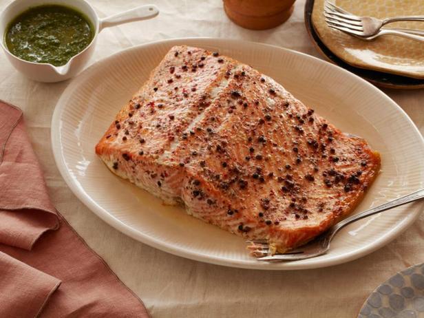 Фото Запечённый лосось с соусом писту из шалфея и петрушки