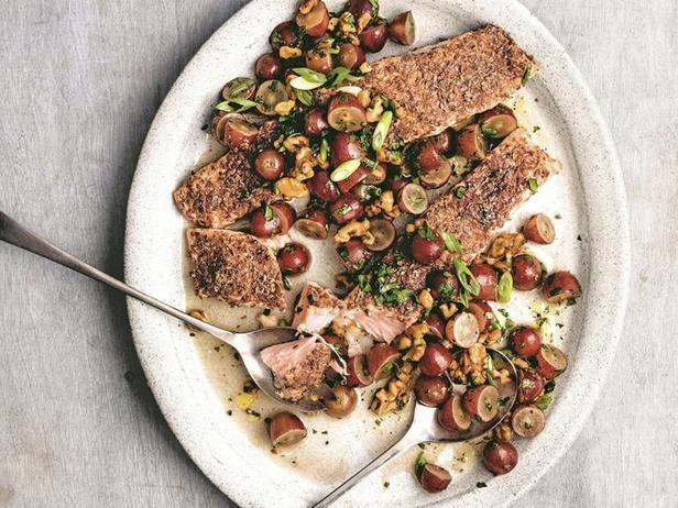 Лосось под корочкой из льняного семени с сальсой из винограда и грецких орехов