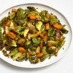 Печёная брюссельская капуста с морковью