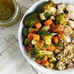 Боул с курицей, печёными овощами и киноа
