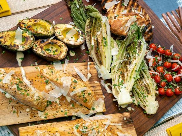 Лосось на кедровой доске с салатом «Цезарь»