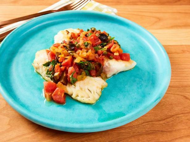 Диетический ужин из сибаса и припущенных в вине овощей