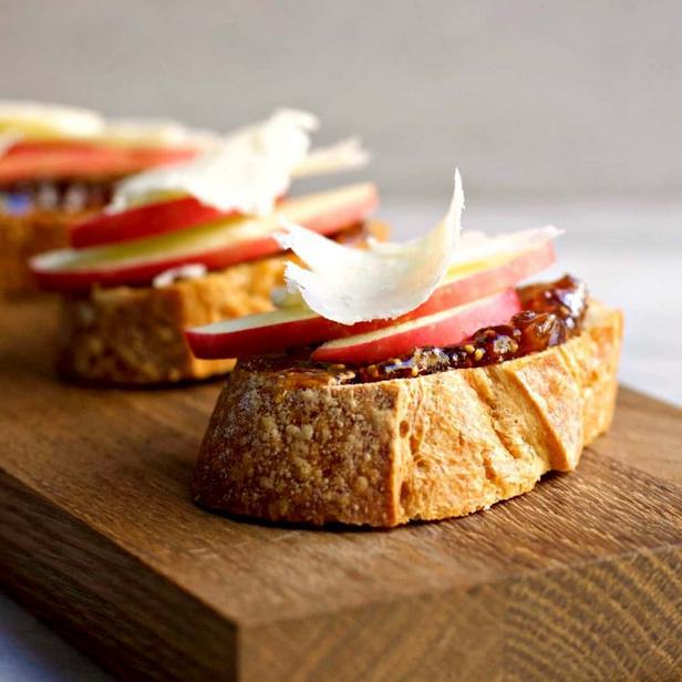 Фото Брускетта с инжиром, яблоком и сыром