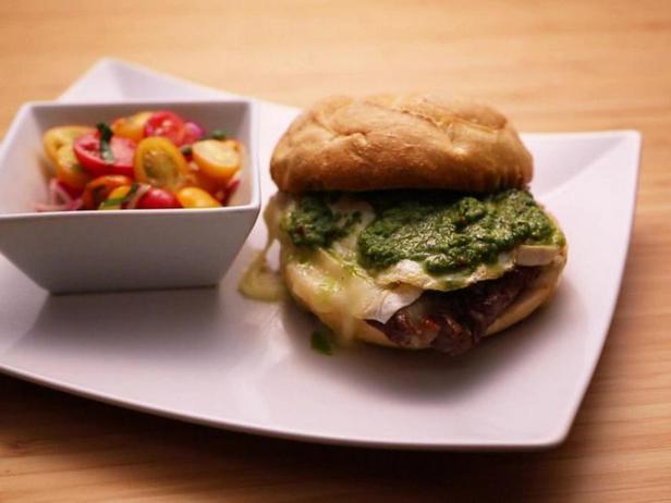 Сэндвич с филе-миньон, жареным луком, камамбером, яичницей и соусом чимичурри