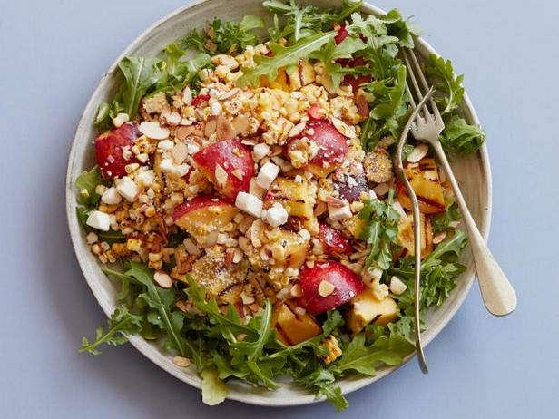 Салат из жареных на гриле персиков и кукурузы