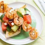 Салат из арбуза, феты и жареных на гриле креветок