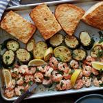 Ужин на противне: Креветки скампи с кабачками