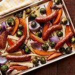 Ужин с колбасками и овощами на противне