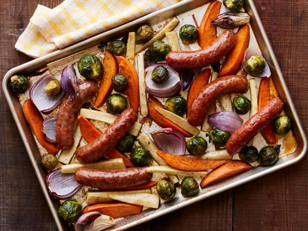 Фото Ужин с колбасками и овощами на противне