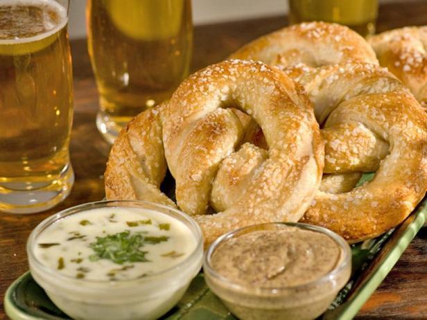 Мягкие брецели с сырным и горчичным соусами