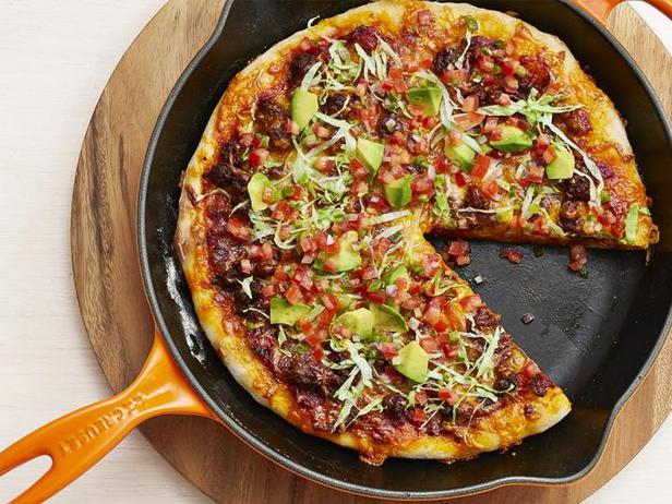 Фото Пицца с фаршем и свежей помидорной сальсой, выпеченная на сковороде