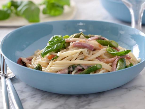 Спагетти со спаржей, копчёной моцареллой и прошутто