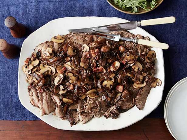 Фото Тушёная говяжья грудинка с луком, грибами и бальзамиком