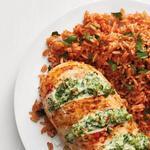 Куриная грудка, фаршированная брокколи и сыром, и томатный рис