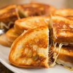 Горячий сэндвич с сыром и карамелизированным луком