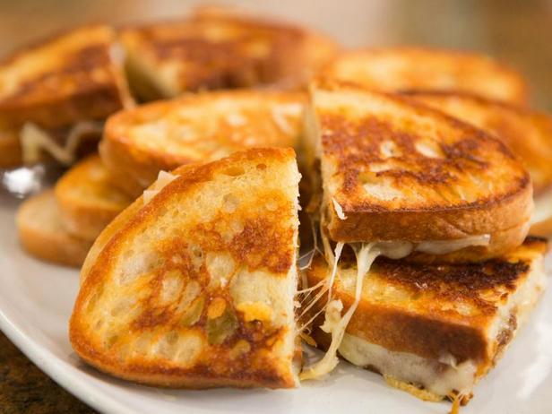 Фото Горячий сэндвич с сыром и карамелизированным луком