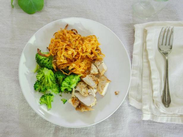 Фото Жареная курица с лапшой из батата и брокколи