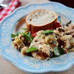 Курица в соусе со шпинатом и артишоками