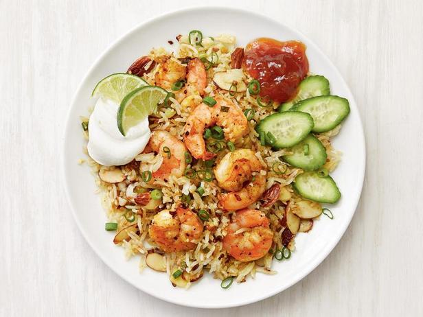 Жареный рис с цветной капустой и креветками с индийскими специями
